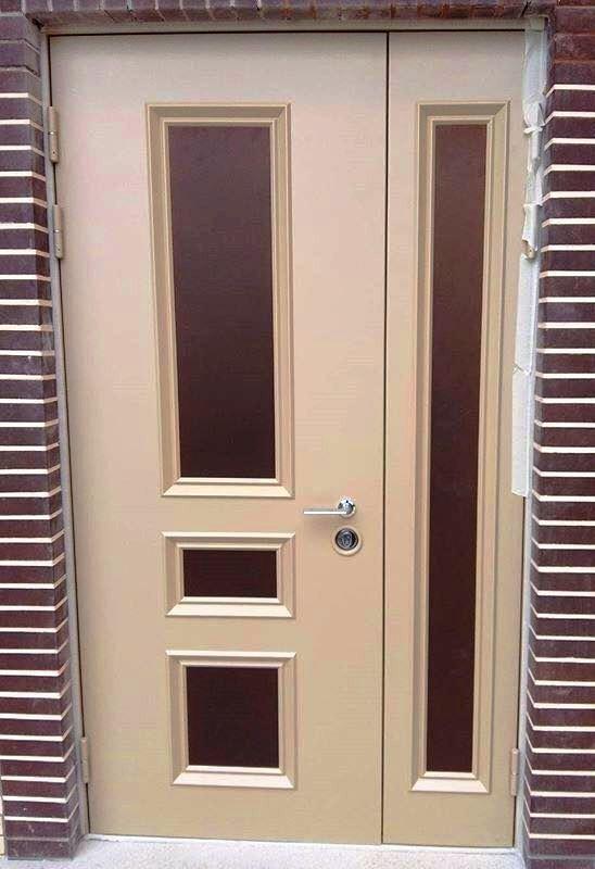 Двухстворчатая дверь с цветными филенками