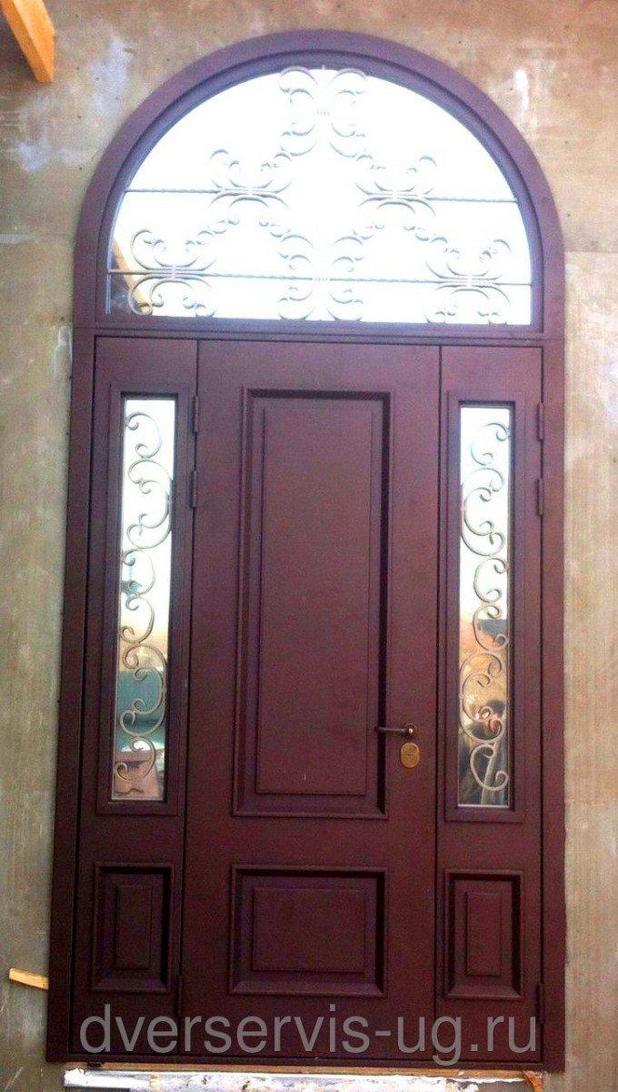 Трехстворчатая парадная дверь с аркой