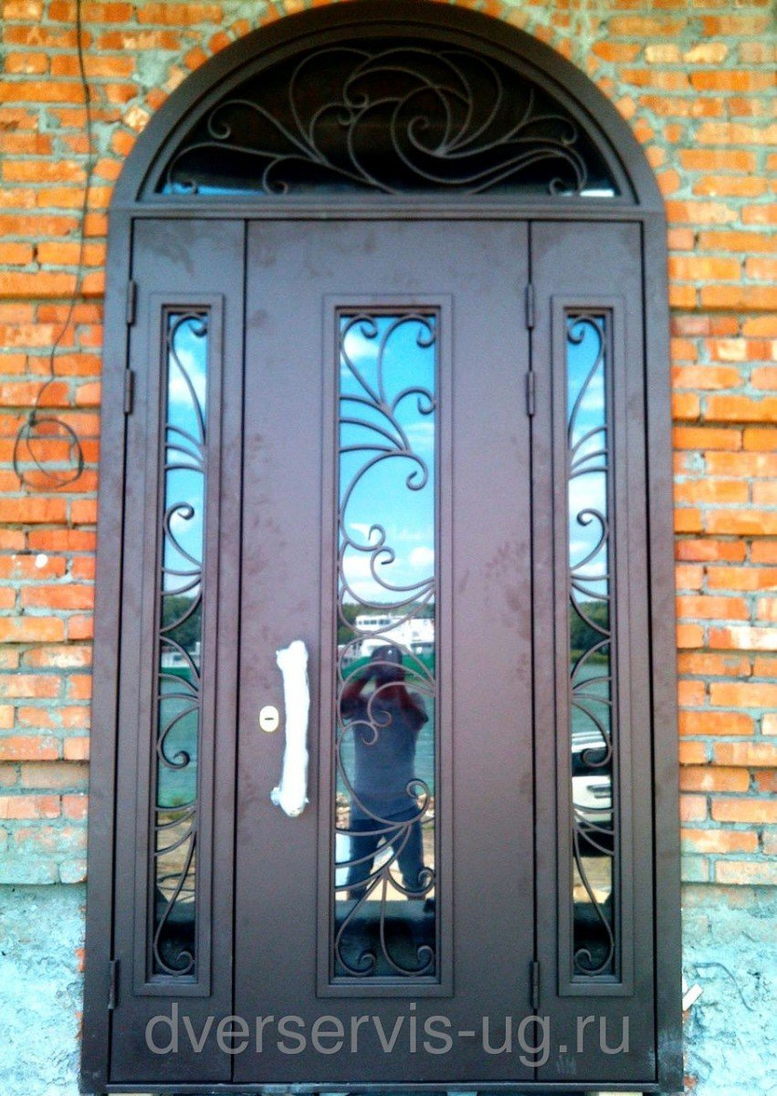 двери стальные с фрамугой из стекла