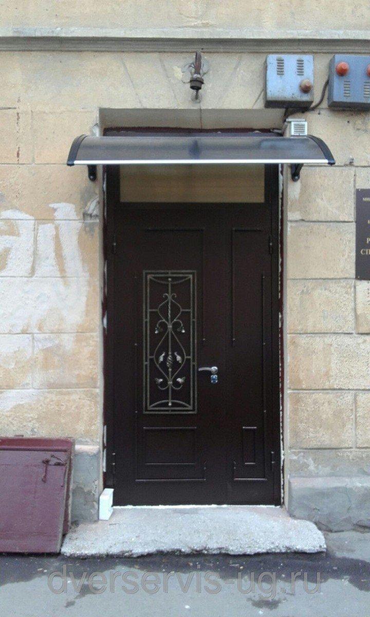 Двухстворчатая входная дверь с ковкой и фрамугой