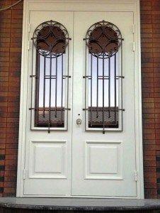 Двухстворчатая дверь с арочными окнами