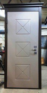 """Входная дверь с элементом """"Капитель"""""""