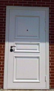 Белая стальная дверь с филенками