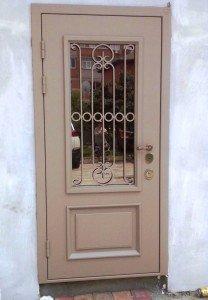 Бежевая дверь со стеклом