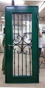Дверь с максимальным стекелом и ковкой