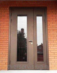 Большая двухстворчатая дверь