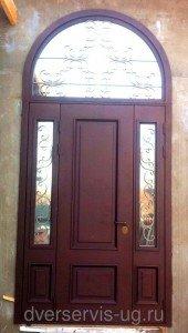 Трехстворчатые двери с арочной фрамугой
