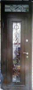 Дверь с ковкой и фрамугой