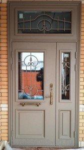 Двухстворчатая входная дверь с фрамугой