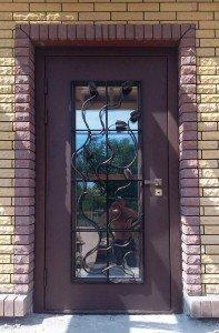 Входная дверь с кованными элементами