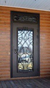 Индивидуальная входная дверь с ковкой и фрамугой