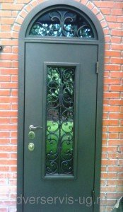 Дверь со стеклом, ковкой и арочной фрамугой