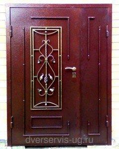 Двухстворчатая входная дверь с ковкой